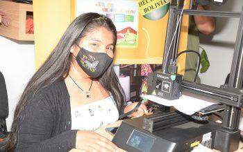 Jóvenes aprenden a fabricar mascaras faciales con impresión 3D